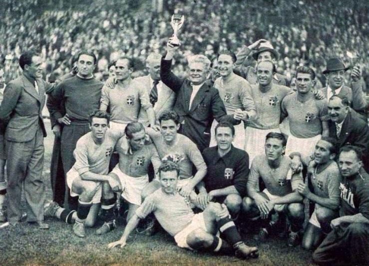 Finale_de_la_Coupe_du_monde_1938_à_Colombes_(France),_le_sélectionneur_Pozzo_brandit_la_'victoire_ailée'